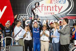 Championship victory lane: Campeón de NASCAR XFINITY serie 2015 Chris Buescher, Roush Fenway Racing