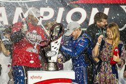 Championship victory lane: el campeón de NASCAR XFINITY serie 2015 Chris Buescher, Roush Fenway Raci