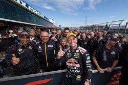 Ganador Craig Lowndes, Triple Eight Race Engineering Holden celebra con su equipo en parc ferme