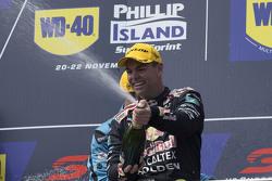 Podio: ganador Craig Lowndes, Triple Eight Race Engineering Holden celebra su victoria con champán