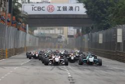 Start action: Felix Rosenqvist, Prema Powerteam Dallara Mercedes-Benz leads
