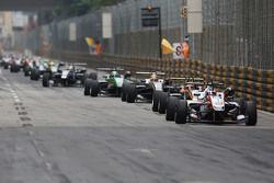 Start action: Felix Rosenqvist, Prema Powerteam Dallara Mercedes-Benz memimpin