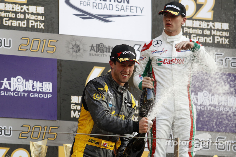 Podium: 3. Alexander Sims, Double R Racing, feiert mit Champagner
