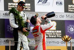 Podium : le vainqueur Felix Rosenqvist, Prema Powerteam fête sa victoire au champagne