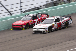 Joey Gase, Jimmy Means Racing Chevrolet y Regan Smith, JR Motorsports Chevrolet