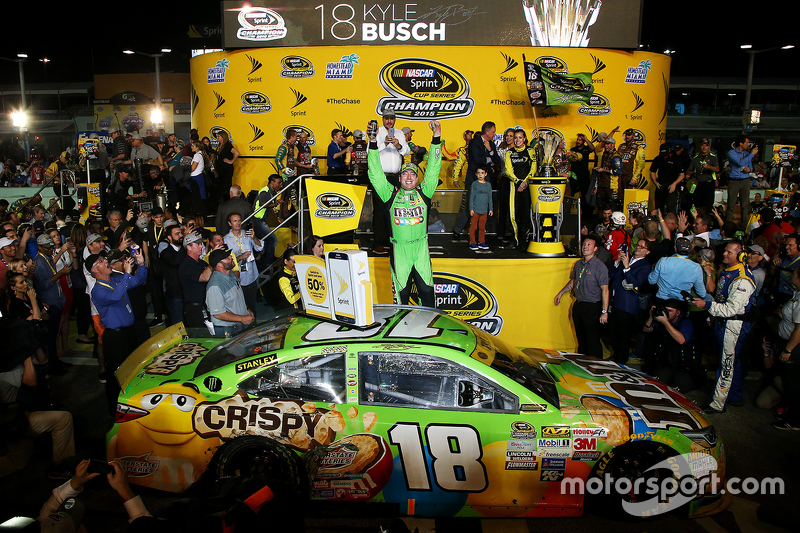 Jalur Kemenangan Kejuaraan: Pemenang balapan dan Juara NASCAR Sprint Cup 2015 Kyle Busch, Joe Gibbs Racing Toyota