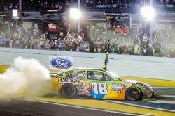Le vainqueur et Champion NASCAR Sprint Cup Series 2015 Kyle Busch, Joe Gibbs Racing Toyota fête son titre