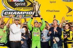 Racewinnaar en 2015 NASCAR Sprint Cup series kampioen Kyle Busch, Joe Gibbs Racing Toyota viert fees