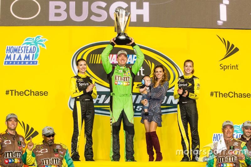 Kyle Busch levanta a tão cobiçada taça da Sprint Cup