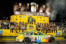 Racewinnaar en 2015 NASCAR Sprint Cup kampioen Kyle Busch, Joe Gibbs Racing Toyota viert feest met z