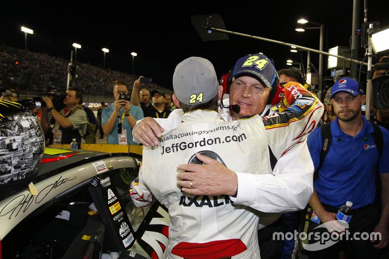 Jeff Gordon recebe abraço de Rick Hendrick, dono da equipe que o acompanhou em toda carreira na Sprint Cup