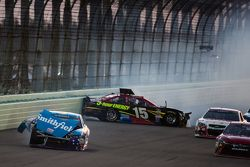 Aric Almirola, Richard Petty Motorsports Ford en Clint Bowyer, Michael Waltrip Racing Toyota crash
