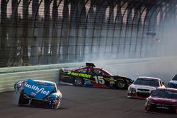 Aric Almirola, Richard Petty Motorsports Ford y Clint Bowyer, Michael Waltrip Racing Toyota crash