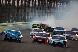 Unfall: Aric Almirola, Richard Petty Motorsports Ford; David Ragan, Michael Waltrip Racing Toyota; C