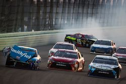 Aric Almirola, Richard Petty Motorsports Ford, David Ragan, Michael Waltrip Racing Toyota en Clint B