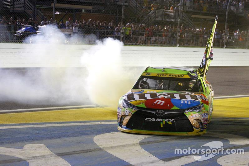 Kyle Busch, Joe Gibbs Racing Toyota, celebra vitória e título da Sprint Cup em Homestead