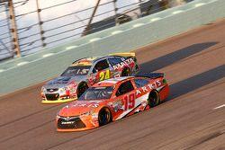 Jeff Gordon, Hendrick Motorsports Chevrolet; Carl Edwards, Joe Gibbs Racing Toyota