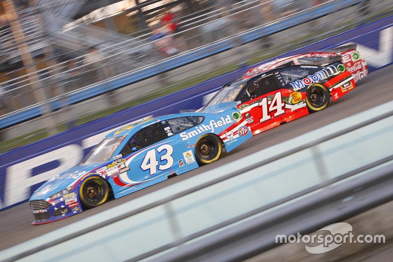 Aric Almirola, Richard Petty Motorsports Ford; Tony Stewart, Stewart-Haas Racing Chevrolet