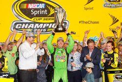Victory Lane : le Champion NASCAR Sprint Cup Series 2015 Kyle Busch, Joe Gibbs Racing Toyota