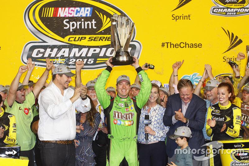 Victory-Lane: Champion NASCAR Sprint-Cup 2015: Kyle Busch, Joe Gibbs Racing Toyota