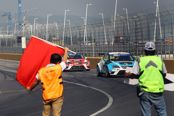 Red flag Stefano Comini, SEAT Leon, Target Competition and Jordi Gene, SEAT Leon, Team Craft-Bamboo LUKOIL