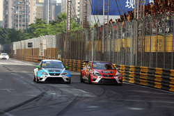 Pepe Oriola, SEAT Leon, Team Craft-Bamboo LUKOIL and Stefano Comini, SEAT Leon, Target Competition