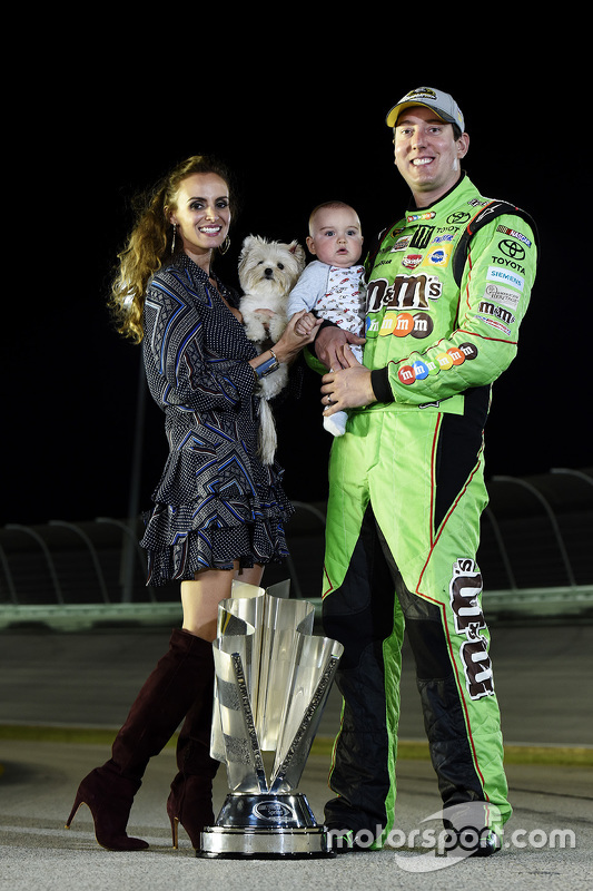 NASCAR Sprint Cup Чемпіон серії Кайл Буш з дружиною Самантою та сином Брекстоном