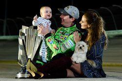 Le Champion NASCAR Sprint Cup Series 2015 Kyle Busch avec sa femme Samantha et leur fils Brexton