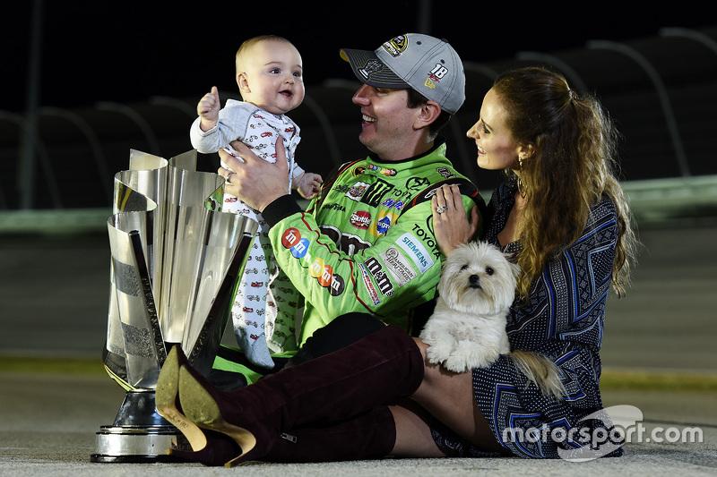 Kyle Busch, campeão da NASCAR Sprint Cup Series, com a esposa, Samantha, e o filho, Brexton