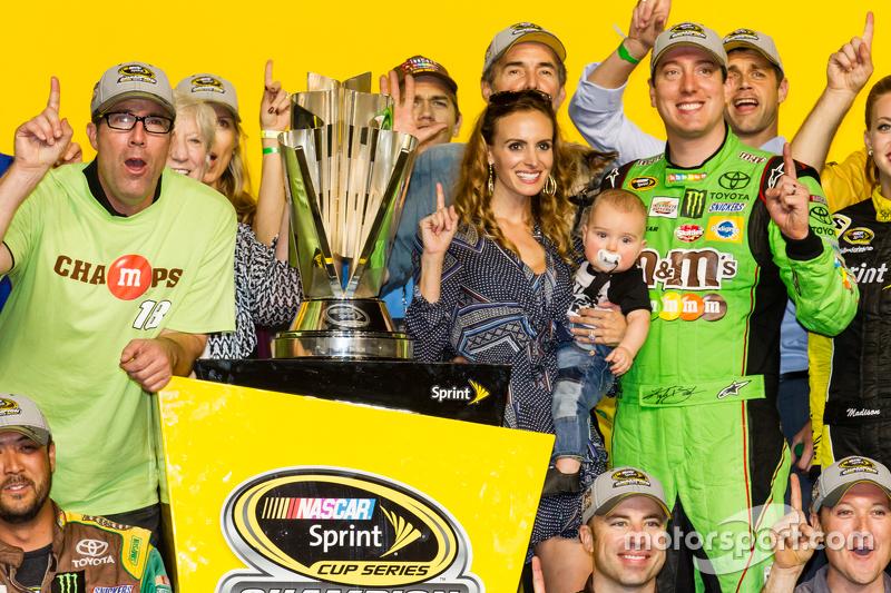 Victory-Lane: 1. und Champion NASCAR Sprint-Cup 2015: Kyle Busch, Joe Gibbs Racing Toyota, beim Feiern mit Frau Samantha und Baby Brexton