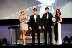 Yılın Çaylağı Ödülü kazananı Daniel Suarez, Erik Jones