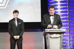 2015 NASCAR Truck Series campeón Erik Jones con Vice Presidente de NASCAR Mike Helton