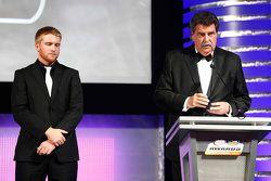 2015 NASCAR Xfinity Series campeón Chris Buescher con NASCAR Vice-presidente Mike Helton
