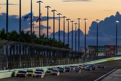 Jamie McMurray, Chip Ganassi Racing Chevrolet and Jeff Gordon, Hendrick Motorsports Chevrolet lead a
