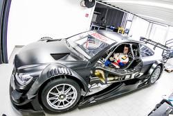 Luca Ludwig, Mercedes-AMG C 63 DTM, bei der Sitzanpassung