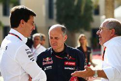 Toto Wolff, Mercedes AMG F1 accionista y Director Ejecutivo, con Franz Tost, director del equipo Scu