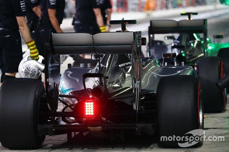 Lewis Hamilton, Mercedes AMG F1 W06, und Nico Rosberg, Mercedes AMG F1 W06, in der Box