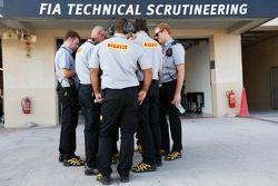 Pirelli mühendisleri FIA garajının dışında