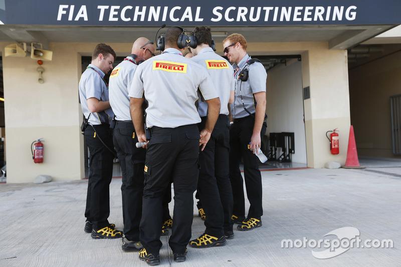 Ingenieros de Pirelli fuera del garaje de la FIA