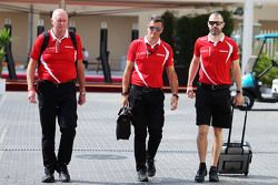 (从左到右):John Booth,马诺车队领队;Graeme Lowdon,马诺车队运动总监;Marc Hynes,马诺车队车手教练
