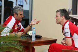 Maurizio Arrivabene, director del equipo Ferrari con James Allison, Director técnico de Ferrari chas