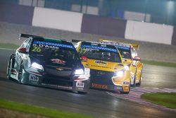 Stefano D'Aste, Chevrolet Cruze, Münnich Motorsport, davanti a Nicolas Lapierre, Lada Sport Rosneft,