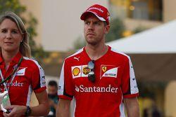Sebastian Vettel, Ferrari con Britta Roeske, oficial de prensa de Ferrari