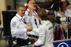 Ganador de la pole Nico Rosberg, Mercedes AMG F1 Team con Thomas Weber, Miembro de la Junta Directiva de Daimler AG en parc ferme