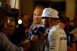 Second place Lewis Hamilton, Mercedes AMG F1 con los medios
