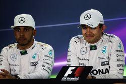 El segundo lugar Lewis Hamilton, Mercedes AMG F1 y el ganador de la pole Nico Rosberg, Mercedes AMG