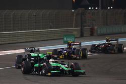 Oliver Rowland, Status Grand Prix leads Nathanael Berthon, Team Lazarus and Sean Gelael, Carlin