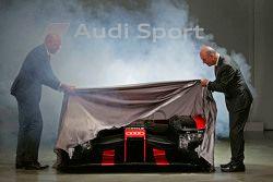 Chris Reinke, Head of LMP, y Dr. Wolfgang Ullrich presentan el Audi R18 e-tron quattro 2016