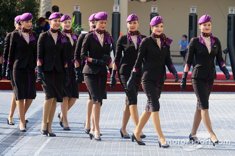 Grid girls saem para tomar seus lugares junto aos pilotos