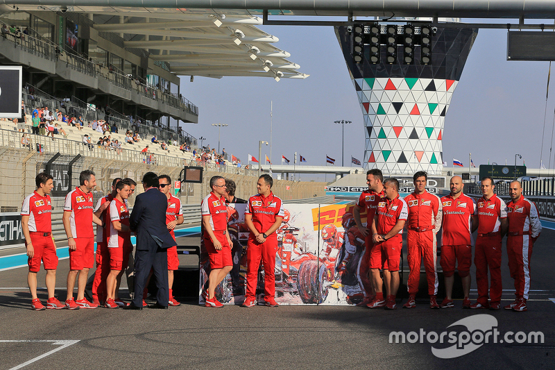 Final los mecánicos de Ferrari de la foto final de grupo de temporada